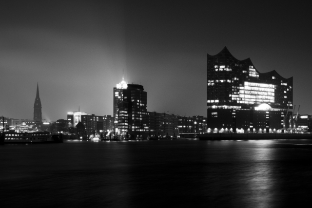 2018-11-09; Hamburg; Elbe; River; Elbphilharmonie; Concert hall; Night; Long exposure; High contrast; Jan Ciglbauer Photo