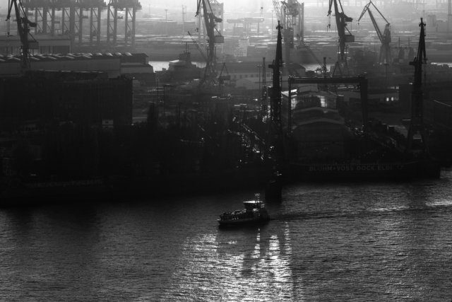 2018-11-17; Hamburg; Port; Boat; Backlight; Black and white; High contrast; Jan Ciglbauer Photo